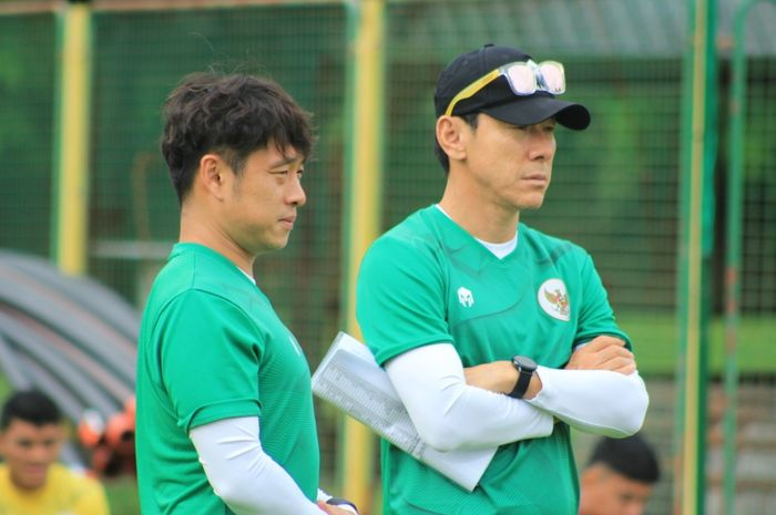 Shin-Tae-yong-mengawasi-latihan-timnas-indonesia-u-19